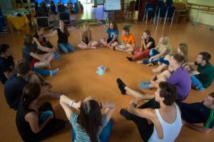 Alle sitzen auf dem Boden im Kreis